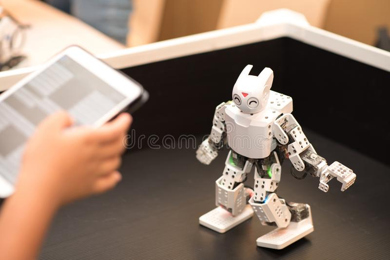 Bangkok, Thailand - Augustus 4.2018: Tienercontrole de robot royalty-vrije stock fotografie