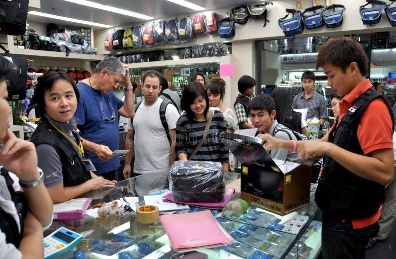Bangkok, Thailand: Besetzter Elektronik-Speicher lizenzfreie stockfotos