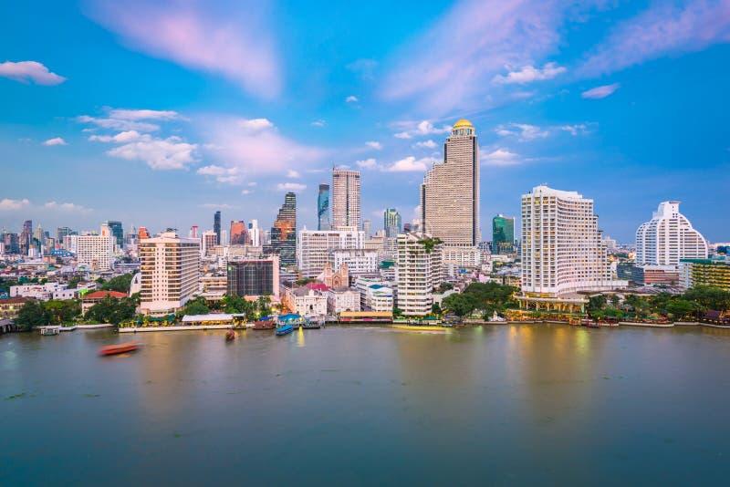 Bangkok Thailand cityscape p? floden royaltyfria bilder