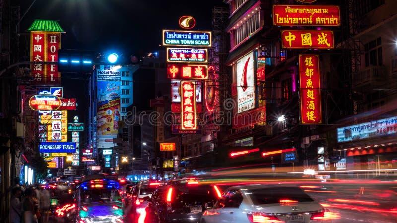 BANGKOK-THAILAND - 30 DE DICIEMBRE DE 2017: Calle en Chinatown y las ligeras señales de neón y coches en el camino de Yaowarat en imagen de archivo