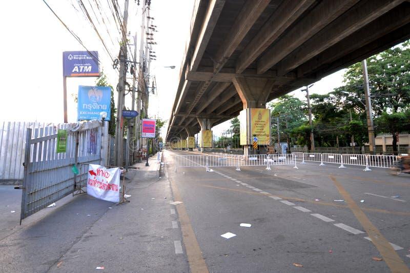 Bangkok/Thailand - 11 22 2013: De Gele Overhemden blokkeren Petchaburi-weg voor het Thaise gebouw van Puea stock foto