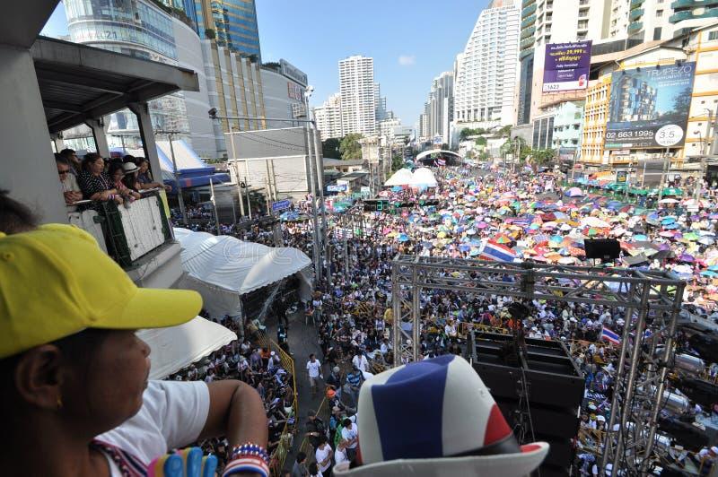 Bangkok/Thailand - 01 13 2014: De gula skjortorna blockerar Asok som delen av operationen för `-avstängningsBangkok ` fotografering för bildbyråer