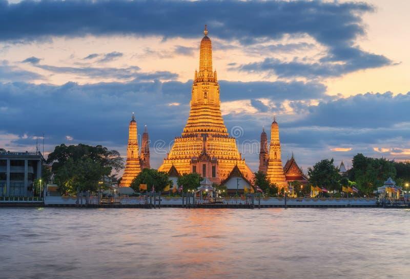 Bangkok Thailand, de horizon van de zonsondergangstad bij Wat Arun-tempel en Chao Phraya River stock foto