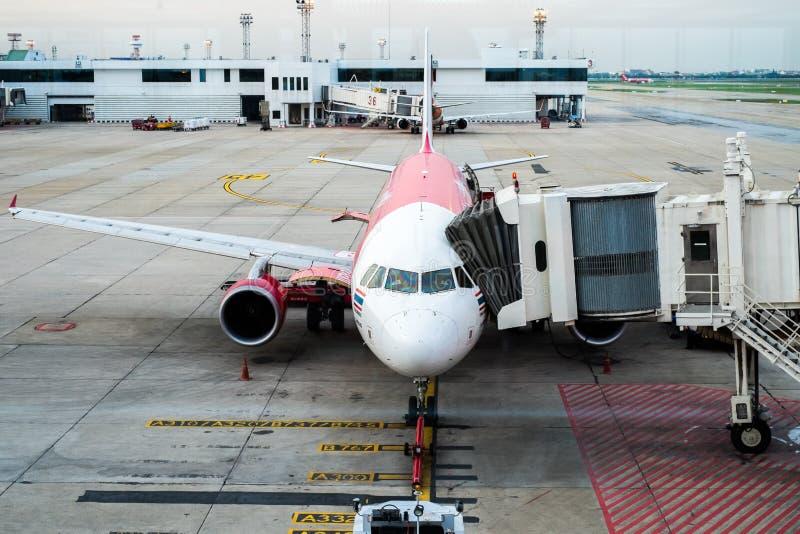 BANGKOK/THAILAND- 16 DE MAYO: Muelle de los aviones de Air Asia en Don Mue foto de archivo