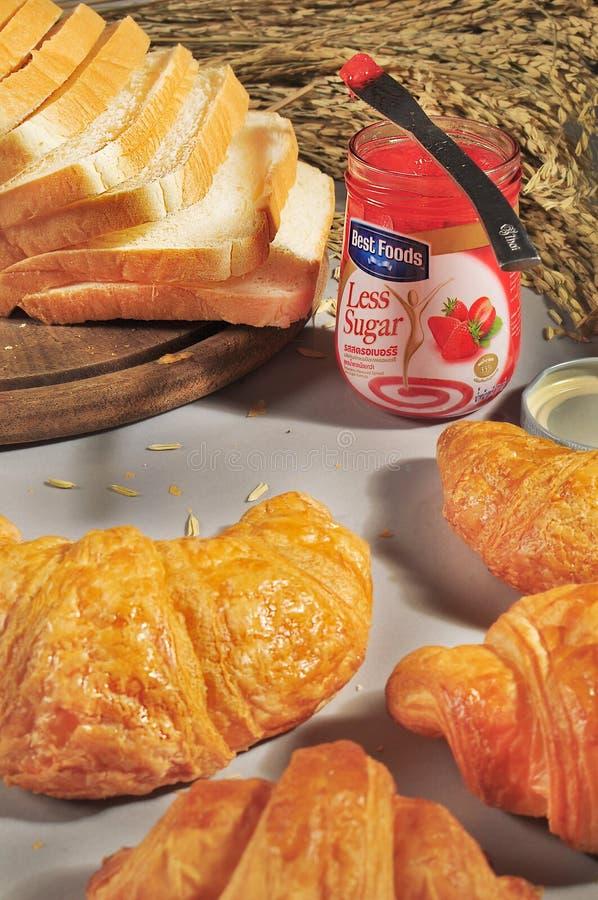 BANGKOK THAILAND - 11 DECEMBER: Aardbeijam van Beste Voedselmerk met croissant en gesneden broden op lijst in BANGKOK THAILAND royalty-vrije stock afbeelding
