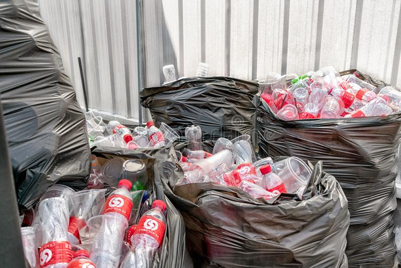 BANGKOK, THAILAND - DECEMBER 23: Chao Sua 69 plein verzamelt en zondert plastic flessen voor recycling in Bangkok op 23 December  stock foto's