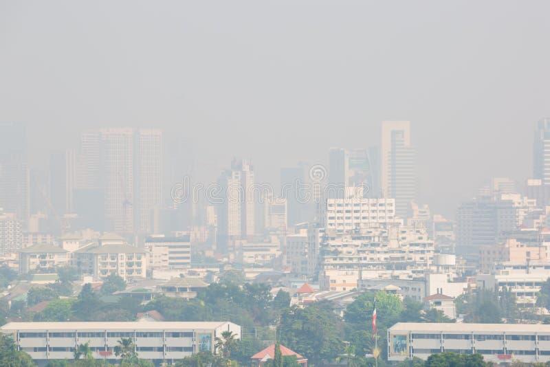 Bangkok, Thailand - December 21, 2018: De bureaubouw onder smog in Bangkok stock foto