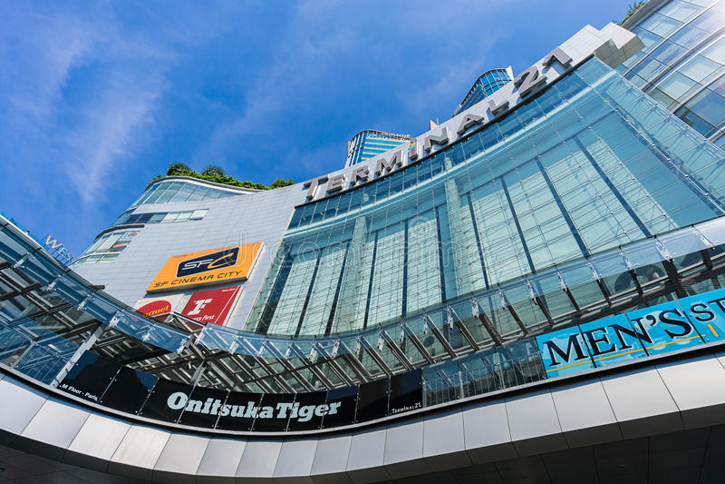 Bangkok, Thailand - 7 December 2015: De mening van onderaan van Terminal 21 (beroemd winkelcomplex bij BTS Asoke en MTR Sukhumvit royalty-vrije stock foto's