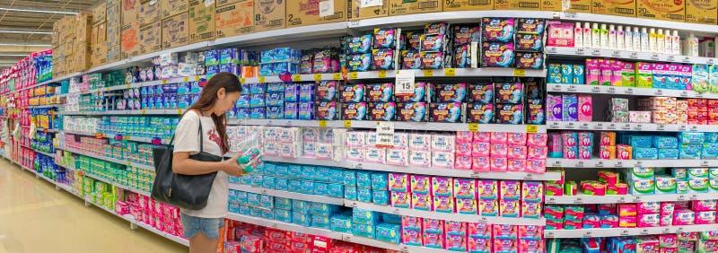 BANGKOK THAILAND - DECEMBER 16: Den oidentifierade kvinnliga kunden shoppar för kvinnliga hygienprodukter på hyllorna av den BigC arkivfoto