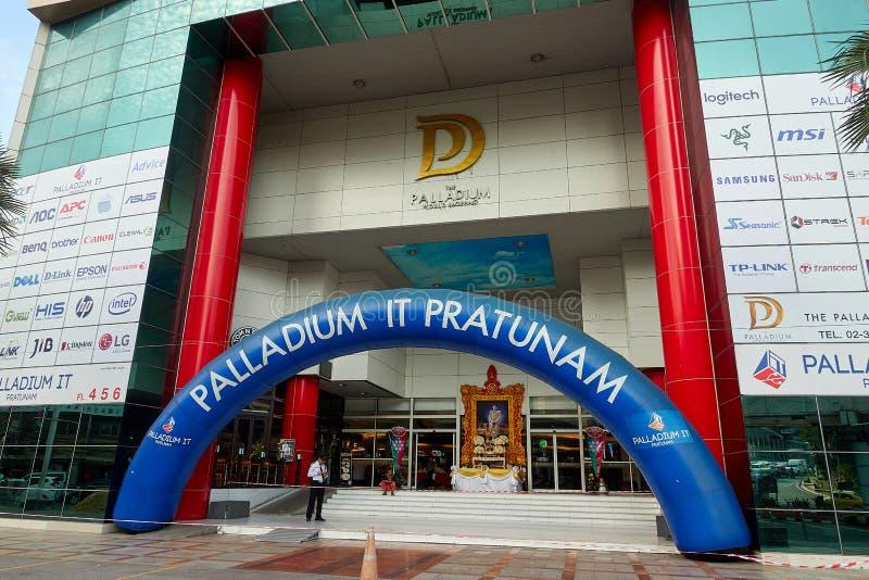 BANGKOK THAILAND - December 6, 2017: Fasad för PalladiumIT Pratunam Palladium är DET en galleria, som specialiserar i grejer, dat fotografering för bildbyråer