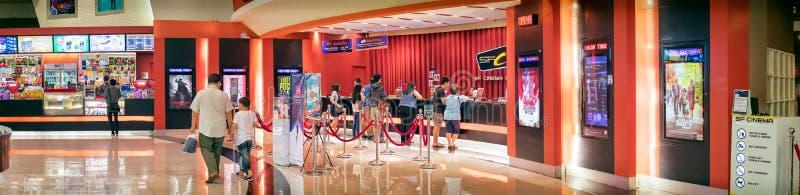 BANGKOK THAILAND - DECEMBER 16: Filmgoersline up på asken royaltyfri fotografi