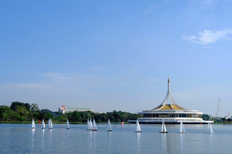BANGKOK THAILAND - DECEMBER 14: Göra till kung den Regatta fjärrkontrollsegelbåten som springer på Suanluang RAMA IX, Thailand; D fotografering för bildbyråer