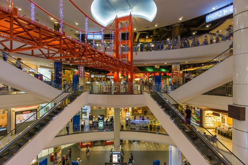 Bangkok, Thailand - 7 December 2015: Het binnenland van Terminal 21 (beroemd winkelcomplex bij BTS Asoke en MTR Sukhumvit) royalty-vrije stock afbeelding