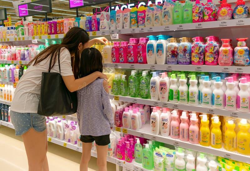 BANGKOK, THAILAND - DECEMBER 16: Het niet geïdentificeerde paar van moeder en dochter kiest samen de zeep van kinderen in BigC ex royalty-vrije stock fotografie