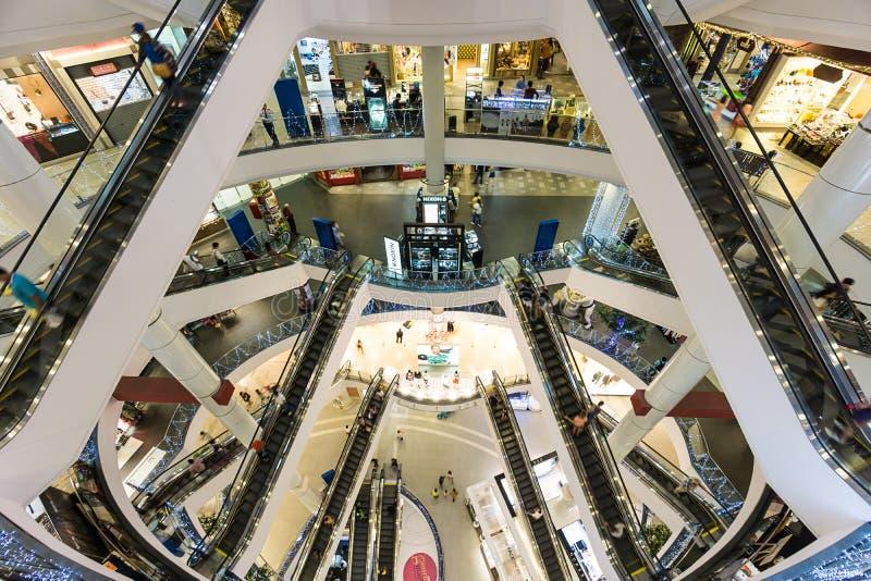Bangkok Thailand - 7 December 2015: Inre av terminal 21 (den berömda shoppinggallerian på BTS Asoke och MTR Sukhumvit) arkivfoton
