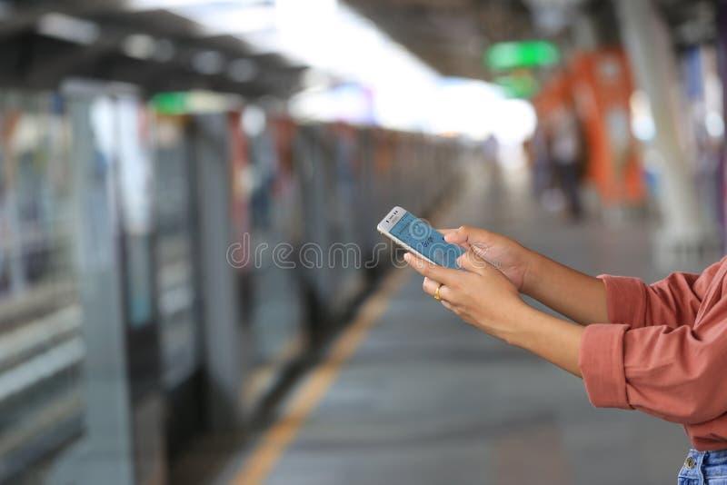 Bangkok Thailand: December 01, 2018, kvinnahand genom att använda Samsung arkivfoton