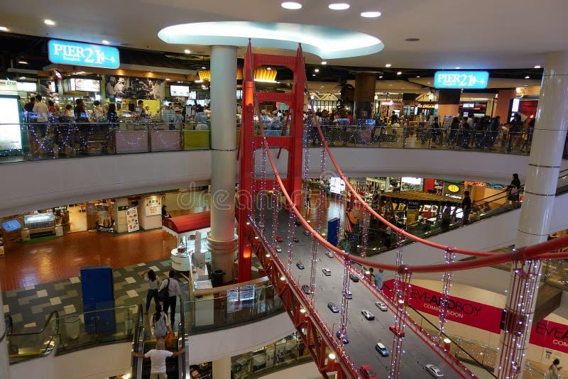 BANGKOK THAILAND - December 7, 2017: Matterminal för pir 21 i shoppinggalleria för terminal 21 arkivbild
