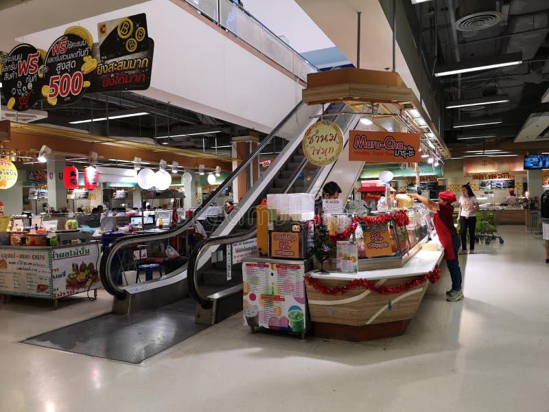 BANGKOK THAILAND - DECEMBER 31: Oidentifierat asiatiskt kvinnligt folk som arbetar på supermarket på December 31, 2018 i Bangkok, arkivbilder