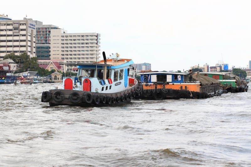 Bangkok Thailand-December 29,2018: Sanden Tug Boat på Chao Phraya River i Thailand fotografering för bildbyråer