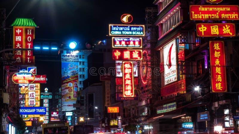 BANGKOK-THAILAND - 30. DEZEMBER 2017: Autos, Geschäfte, Straßennahrung, Nachtmarkt und helle Neonzeichen auf Yaowarat-Straße nach stockfotos