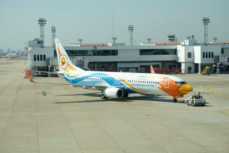 BANGKOK, THAILAND - 13. Dezember 2018: Die Fluglinie bei Dong Muang Airport lokale Wege in blauem Himmel Thailands lizenzfreies stockfoto
