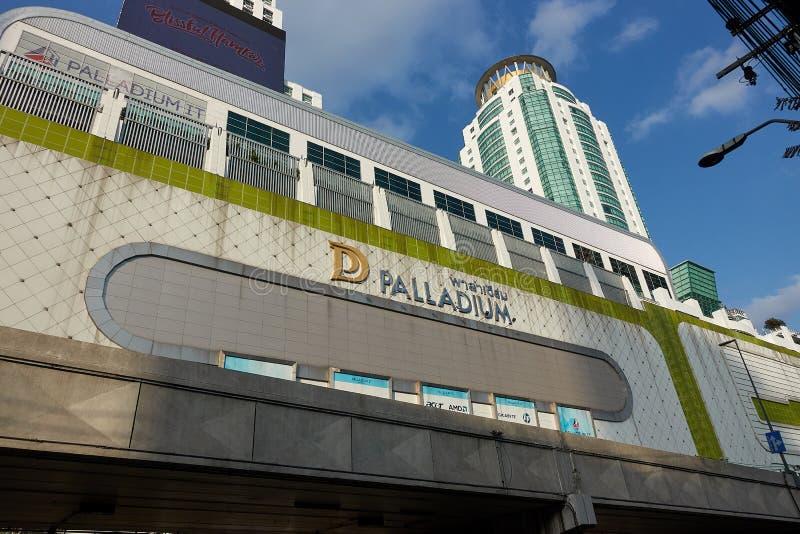 BANGKOK, THAILAND - 6. Dezember 2017: Fassade des Palladiums IT Pratunam Palladium ist ES ein Mall, das auf Geräte sich spezialis lizenzfreies stockfoto