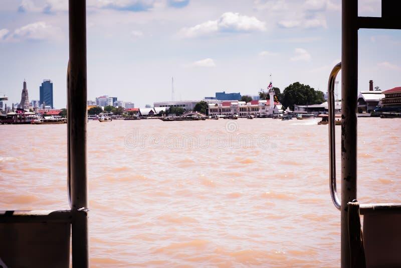 BANGKOK, THAILAND - Dezember 2018: Reisendtourist über Chao Phraya River, zur Haupttouristenattraktion Wat Arun reisen stockbilder