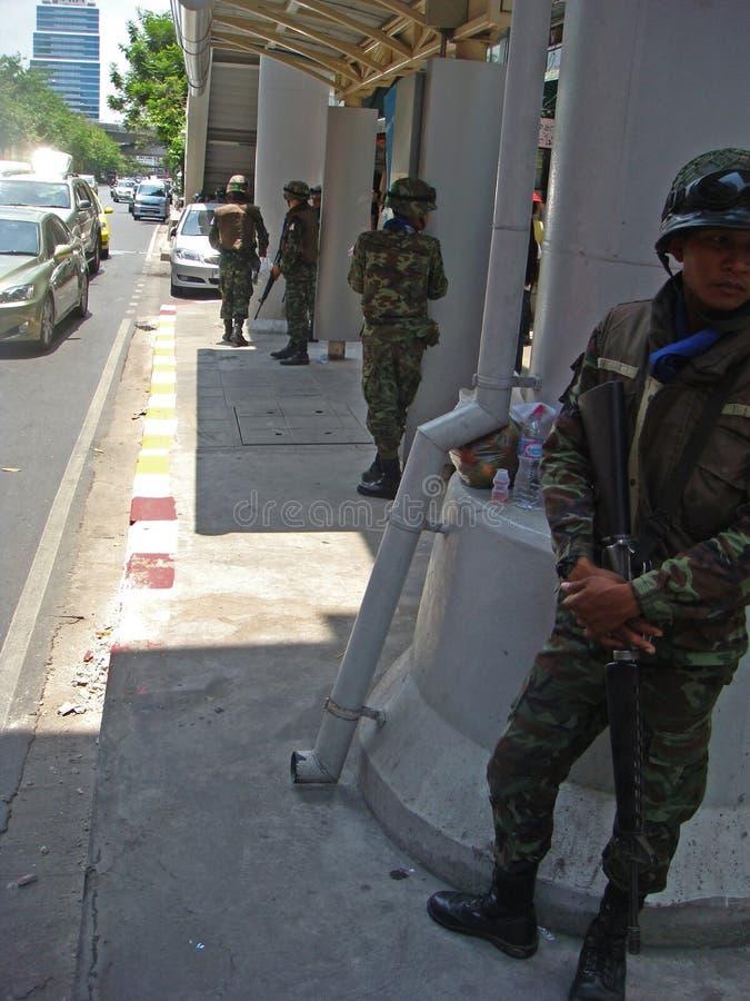 Bangkok/Thailand - 04 30 2010: Die Armee kontrolliert die Straßen lizenzfreie stockfotos