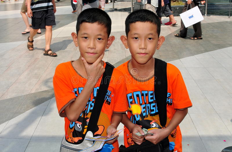 Bangkok, Thailand: Doppeljungen an SiamParagon lizenzfreies stockbild