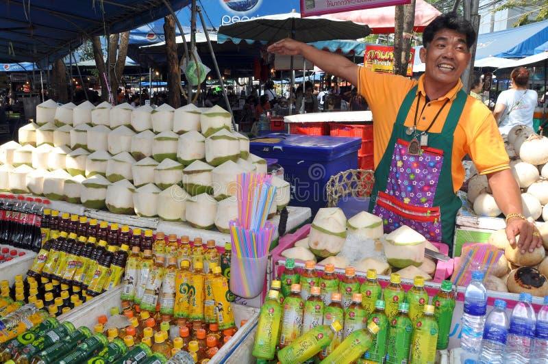 Bangkok, Thailand: Dranken van de Kokosnoot van de mens de Verkopende royalty-vrije stock foto's
