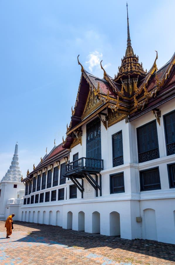 Bangkok Thailand, enkel thailändsk munk för mars som 2013 framme ber av storslagen slott royaltyfria bilder