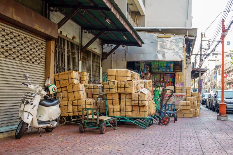 BANGKOK, THAILAND - 14. Februar 2019 Lose der Pappschachtel in den China-Stadtstraßen stockfoto