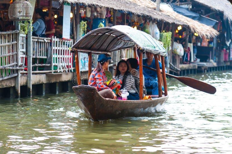 Bangkok, Thailand - 11. Februar 2018: Touristen genießen, durch touristisches Reihenboot auf Mayom-Kanal des jungen Mannes zu rei stockfotografie