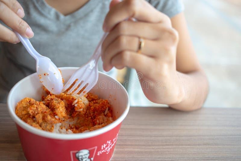 Bangkok, Thailand - 23. Februar 2018 würziger Hühnerreisschale-, -KFC-Reis und Gewürz! Wenn die würzigen Stücke des Huhns mit MI  stockfotos