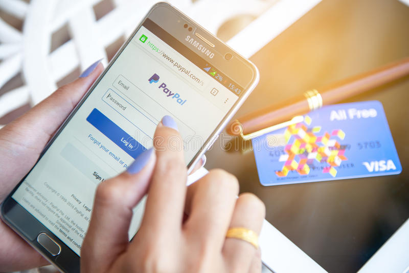 Bangkok Thailand - Februari 12,2017: Använda Paypal på iPhone pay arkivfoto