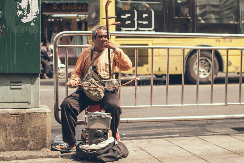 BANGKOK, THAILAND - FEBRUARI 2, 2018: Blinde musicus op de straat van de stad van Bangkok stock foto's