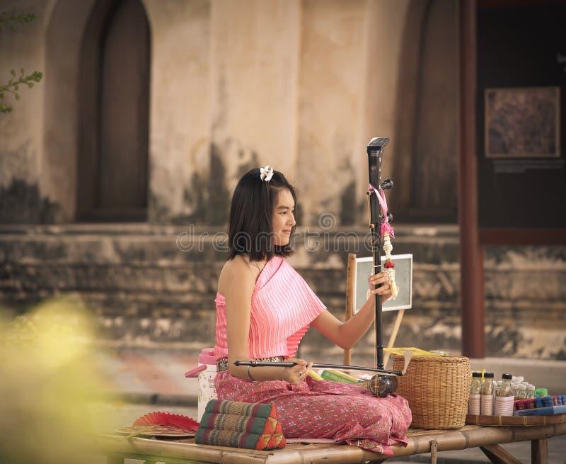 Bangkok, Thailand, 22 Februari 2016: de musici gebruiken traditioneel F royalty-vrije stock foto's
