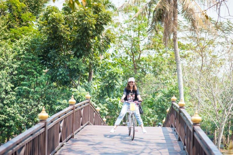 BANGKOK THAILAND - Februari 19, 2017: En ung asiatisk kvinna/tr royaltyfri bild