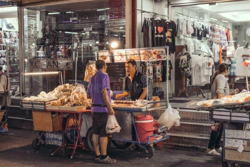 BANGKOK THAILAND - FEBRUARI 2, 2018: Gatamat i Bangkok, Thailand, Asien royaltyfria bilder