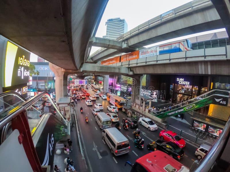 Bangkok Thailand - Februari 08 2019: M?nga bilar, bussen och motorcyklar orsakar trafikstockningar p? den Rama I v?gen BTS eller  royaltyfria bilder