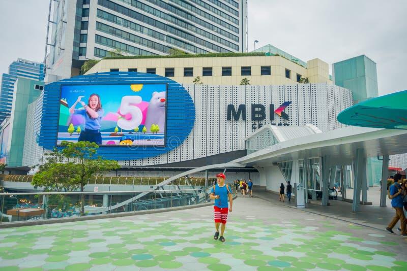 BANGKOK, THAILAND, 08 FEBRUARI, 2018: Openluchtmening van niet geïdentificeerde toeristen die bij MBK-centrumwinkelcomplex binnen stock fotografie