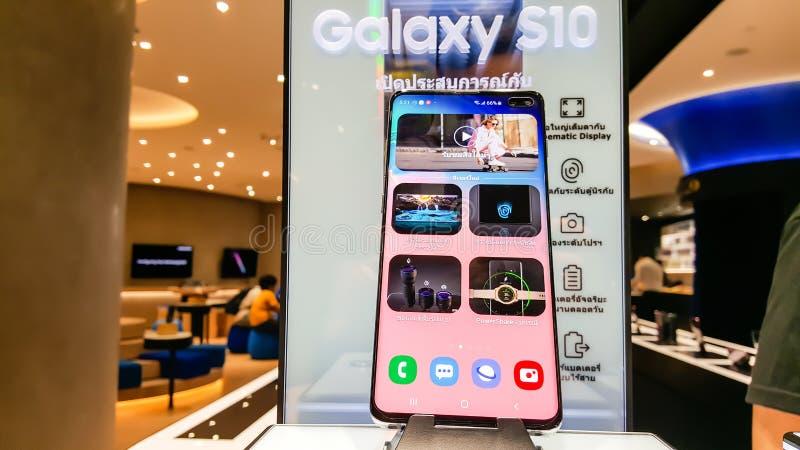 BANGKOK THAILAND - FEBRUARI 22, 2019: Samsung Galaxy S10 har avtäckts i Samsung erfarenhet shoppar på CentralWorld shopping royaltyfria bilder