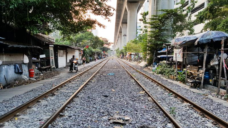 BANGKOK, THAILAND - FEBRUARI 15, 2018: Spoorweg van de traditionele Thaise treinen in de avond royalty-vrije stock afbeelding