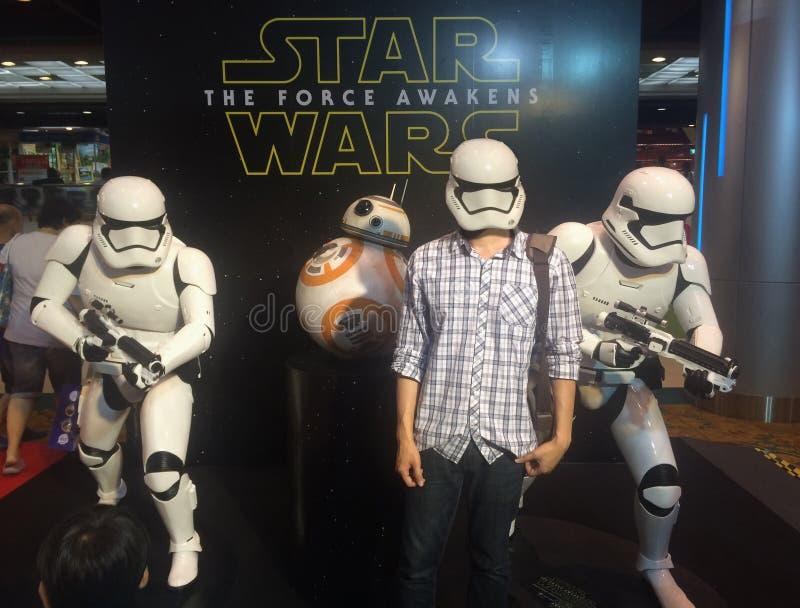 Bangkok, Thailand - Februari 17, 2016: Stormtroopers en droid de replica, het fictieve karakter van Star Wars en de mensen geniet stock foto