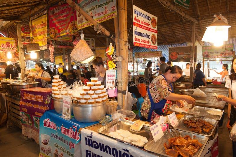 Bangkok Thailand - Februari 11, 2018: Thailändska gatamatförsäljare på knatten Mayom som svävar marknaden royaltyfri bild