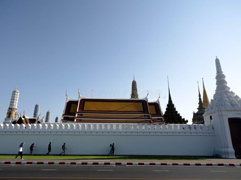 BANGKOK - THAILAND - Februari 23, 2019: Wat Phra Kaew Temple den storslagna slotten av Emerald Buddha Full representant Turismhan arkivfoto