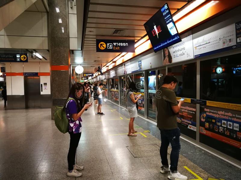 Bangkok Thailand folk som väntar på gångtunnelen arkivfoto