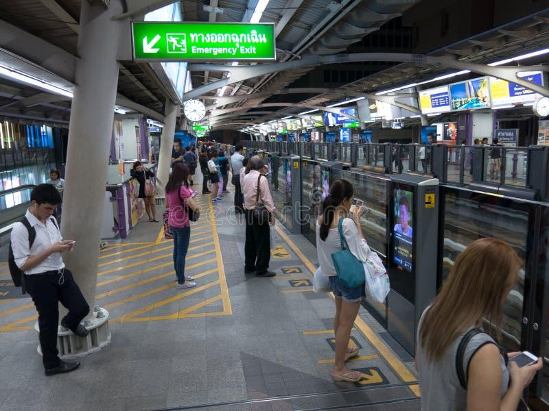 Bangkok Thailand gångtunnel, thailändskt folk arkivfoto