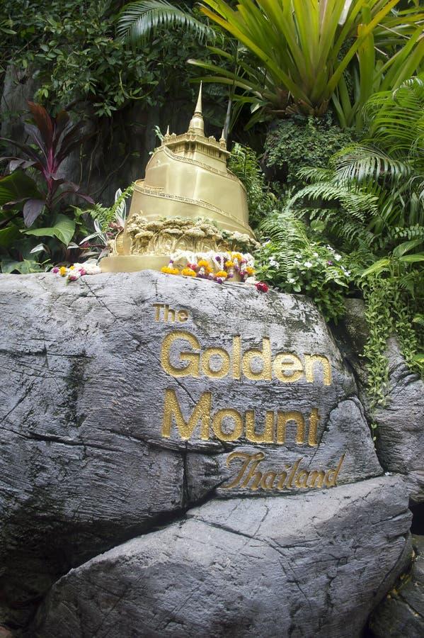 Bangkok Thailand: Guld- bergtempel royaltyfri fotografi