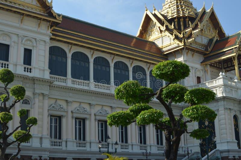 Bangkok Thailand - 12 25 2012: Härliga mång--färgade skulpturer och monument i en buddistisk tempel royaltyfri bild